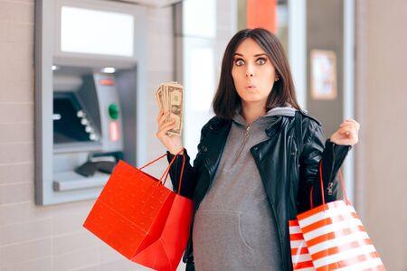 Alegre mujer embarazada sosteniendo dinero en el cajero automático