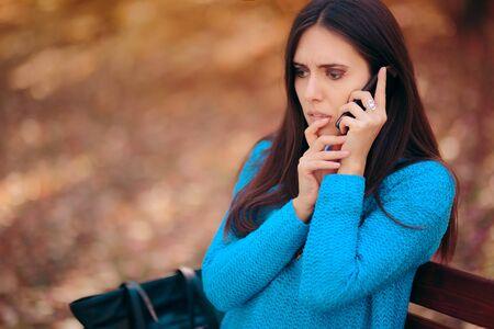 Mujer preocupada que recibe una llamada telefónica con malas noticias