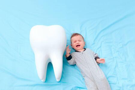 Weinendes Baby mit ihrem ersten Milchzahn