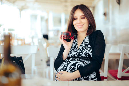 Cheerful Mother to be Receiving a Baby Shower Gift Standard-Bild