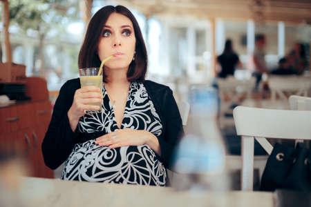 Pregnant Woman Drinking Lemonade in a Restaurant Standard-Bild