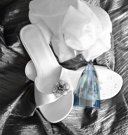 白のサンダル、青いガラス 写真素材
