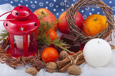 productos naturales: hermosa Navidad composici�n de las velas, manzanas, nueces y otros productos naturales en el fondo de estrellas