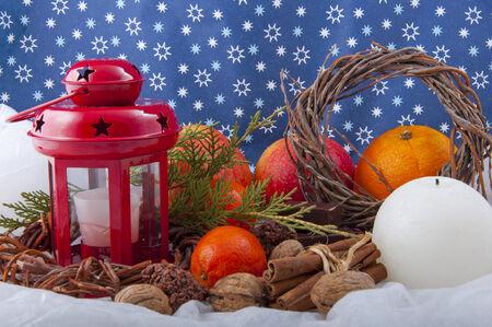 productos naturales: Navidad hermosa composici�n decorativa de las velas, manzanas, nueces y otros productos naturales en el fondo de estrellas