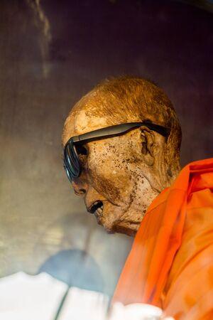 Insel Koh Samui, Thailand - 4. Juli 2016. mumifizierte Mönch in der Insel Koh Samui, Thailand