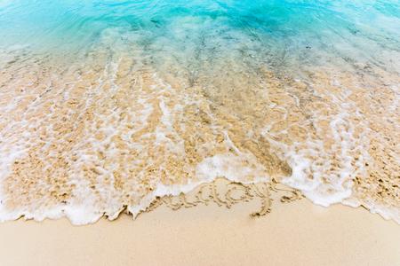 모래에 그려진 Bavaro 해변, 푼 타 Cana, 도미니카 공화국에서 카리브 해에 의해 지워지는 휴일
