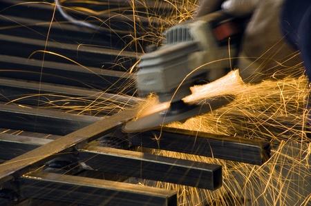 soldadura: de corte de metal con una máquina de moler