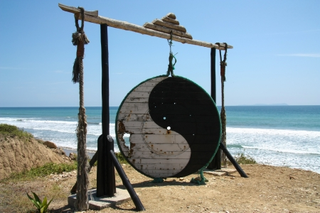 yang ying: Ying and yang symbol with ocean as background