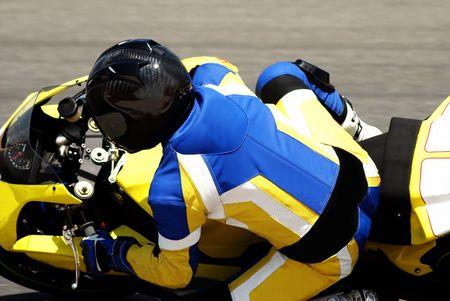 usunięta: Close-up na rowerzystę w Superbike na torze w Republice Południowej Afryki. Wszystkie loga zostały usunięte. Zdjęcie Seryjne