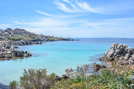 無人島 Lavezzi、フランス ・ コルシカ島のボニファシオに近い。夏季には、美しい青い海。清流と岩と紺碧のビーチ。 写真素材