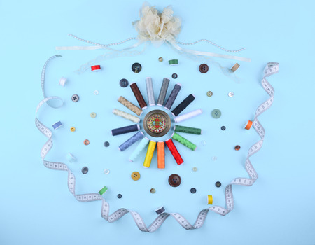 kit de costura: Background with stylish sewing tools and accessories on trendy blue background.