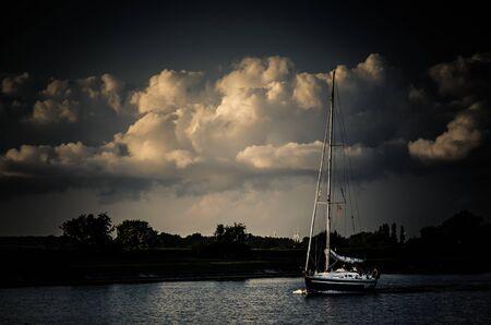 zeilboot met wolkenlucht Stock Photo