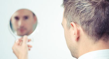 imagen: Hombre de negocios Ego mira en el espejo y reflexionar