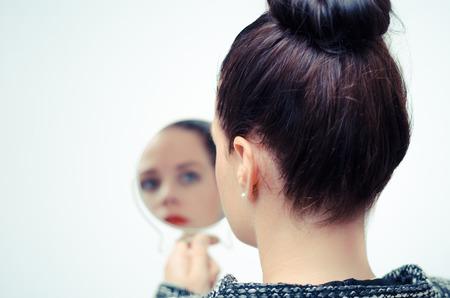 Ich Geschäftsfrau Blick in den Spiegel und reflektiert Standard-Bild - 43277267