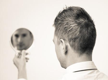 ego�sta: Hombre de negocios Ego mira en el espejo y reflexionar