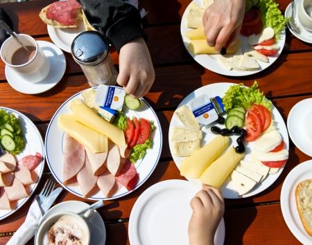 ni�os desayuno: Vista desde arriba de la gente que tiene el desayuno