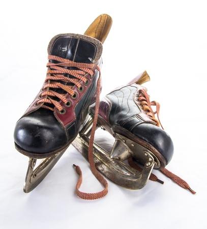 pat�n: Dos muy viejos patines de hockey sobre hielo en el fondo blanco