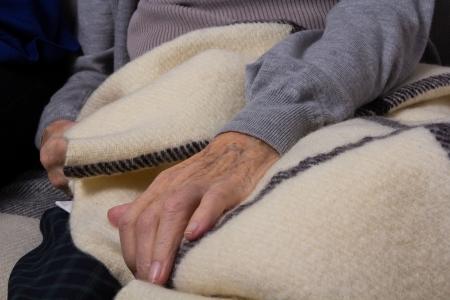 mano anziano: Molto vecchia mano sdraiata su una coperta di lana