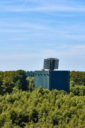 Radar Au Sommet D Une Tour De Forme Carree Debout Entre Les Arbres Dans Un Bois Sur Bornholm Au Danemark