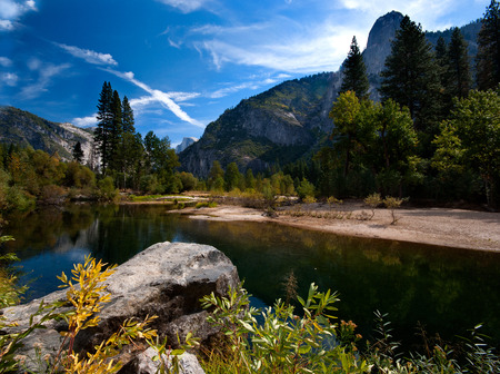 Een rustige rivier in Yosemite Valley, Yosemite National Park, Verenigde Staten