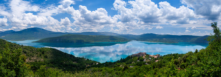 Nice panorama of the clear blue Lac du Sainte-Croix, France Stockfoto