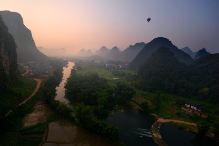 Ballonvaart bij sunrive over de Li-rivier, Yangshuo, China