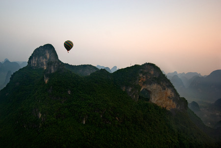 Ballonvaart bij zonsopgang in Yangshuo China Stockfoto