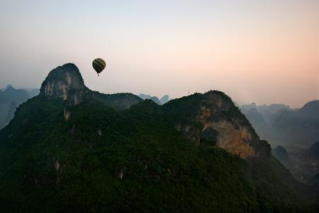 Hot air balloon flight at sunrise in Yangshuo China Stockfoto