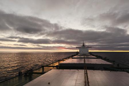 Vrachtschip onderweg vanuit boeg