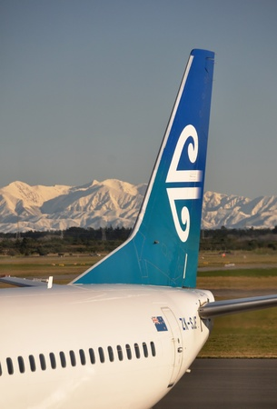 tourism logo: Un avi�n de Air NZ en el aeropuerto de Christchurch - el portal tur�stico de la Isla Sur. Una ma�ana de invierno, con nevadas r�cord claro que cubren los Alpes del Sur en la toma background.Photo on agosto 09 de 2009.