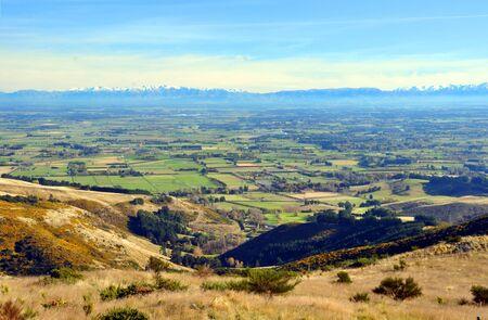 canterbury: Un jour d'automne parfait donnant sur les plaines de Canterbury � partir du haut des collines de Port Dans le fond, les Alpes du Sud Christchurch, Nouvelle-Z�lande Banque d'images