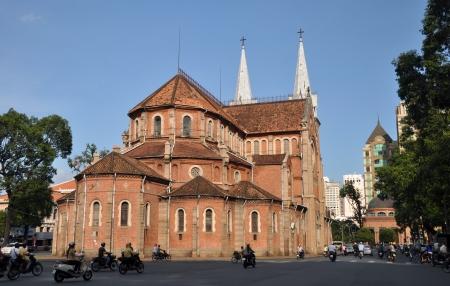 The landscape of Saigon: Thành phố Hồ Chí Minh, Việt Nam - Tháng 04.2011: Các Notre Dame Công giáo Baslica đẹp và lịch sử trong đường Đồng Khởi.