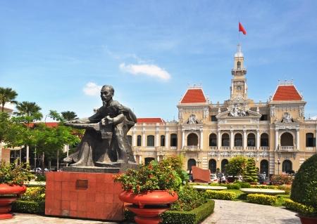 The landscape of Saigon: Thành phố Hồ Chí Minh, Việt Nam - June 08,2011: Một bức tượng của Việt Nam