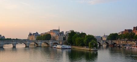 ile de la cite: First light morning panorama of the Ile de la Cite, the Seine River, Paris France