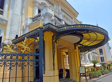 puertas de hierro: Hanoi, Vietnam - 15 de abril de 2015: vista del histórico edificio de la Ópera de Hanoi incluyendo entrada lateral y la cubierta en estilo colonial francés detallada.