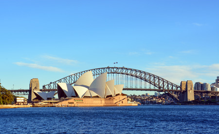 Sydney, Australien - 17. Juli 2014: Sydney Opera House Bridge von Macquarie Point an einem schönen Morgen des Winters.