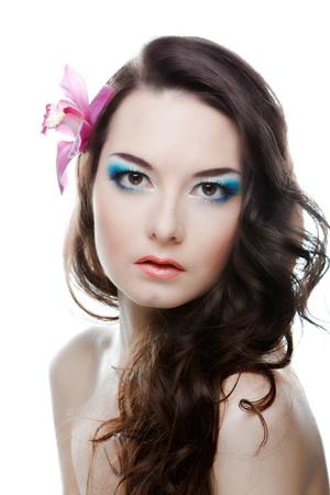 Le portrairt beaut� de la femme avec une fleur sur la t�te Banque d'images - 13494705