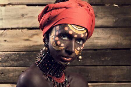 mujeres africanas: Cara de la mujer africana contra el fondo de las paredes de las juntas Foto de archivo