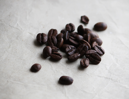 cafe colombiano: Coffee beans on old crumpled craft paper texture