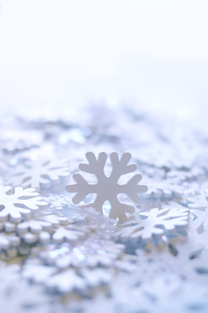 White artificial snowflakes on soft Standard-Bild
