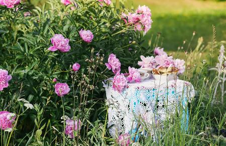 Té en estilo rústico en el jardín de verano del pueblo.
