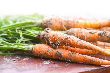 Verdure non lavate. Un mazzo di carote fresche all'aperto.