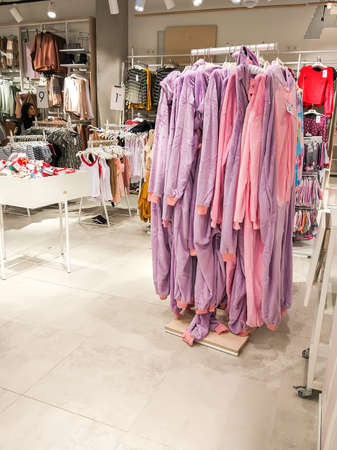 Colorful clothes hanging on a shelf in a clothes store Stockfoto