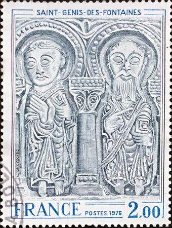 FRANCIA - CIRCA 1976: Un sello impreso en Francia, muestra una imagen de las figuras que decoran la fachada de Saint-Genis-des-Fontaines, alrededor del a�o 1976.
