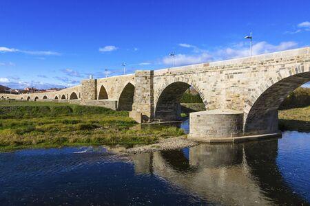 Puente romano en Hospital de Orbigo, Le�n, Espa�a Siglo XIII Foto de archivo