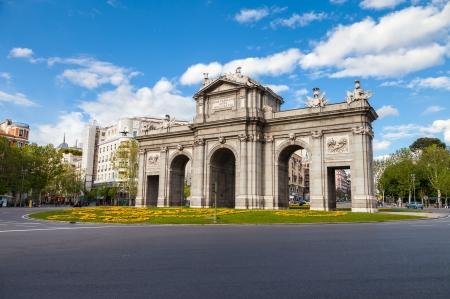 plaza de la cibeles: Puerta de Alcalá es un monumento en la Plaza de la Independencia en Madrid, España