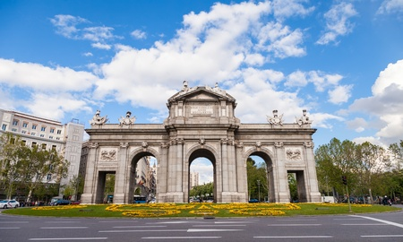 plaza de la cibeles: Puerta de Alcal� es un monumento en la Plaza de la Independencia en Madrid, Espa�a