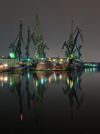 chantier naval: Vue de nuit de les chantiers navals de Gdansk, en Pologne.