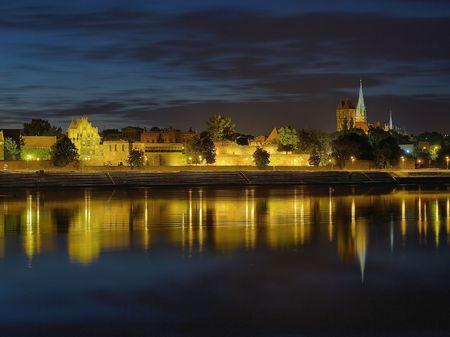 Ein Blick auf das Panorama der Nacht Torun, Polen.