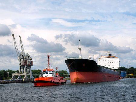 chantier naval: Red remorqueur est le remorquage du navire au port.
